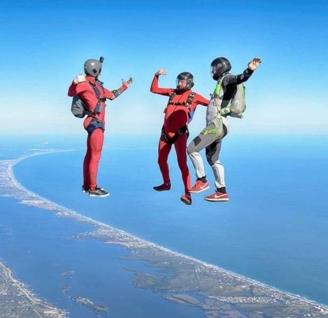 мужчины прыгают с парашютом