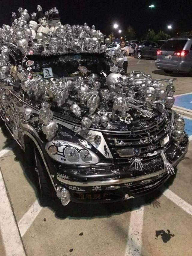 черное авто с черепами