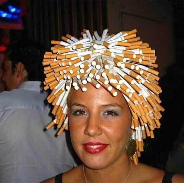 девушка с сигаретами в волосах