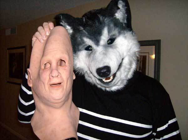 мужчина в маске волка