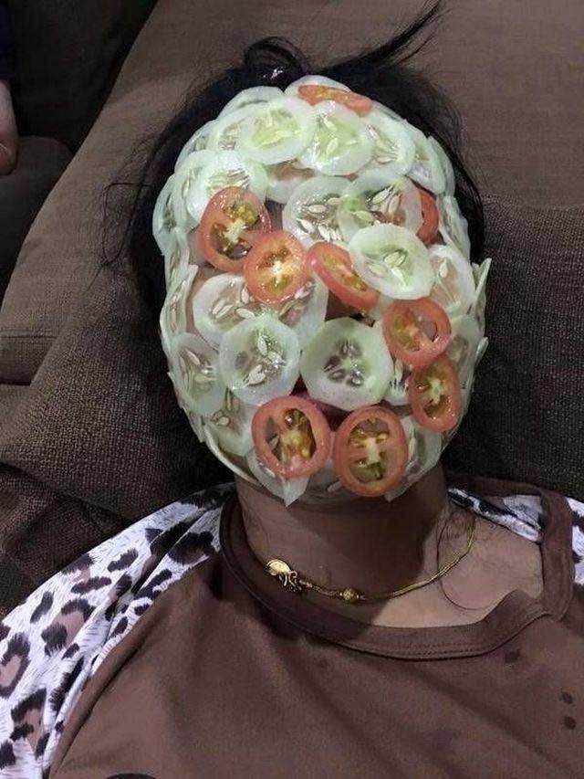 девушка с маской из огурцов и помидоров на лице
