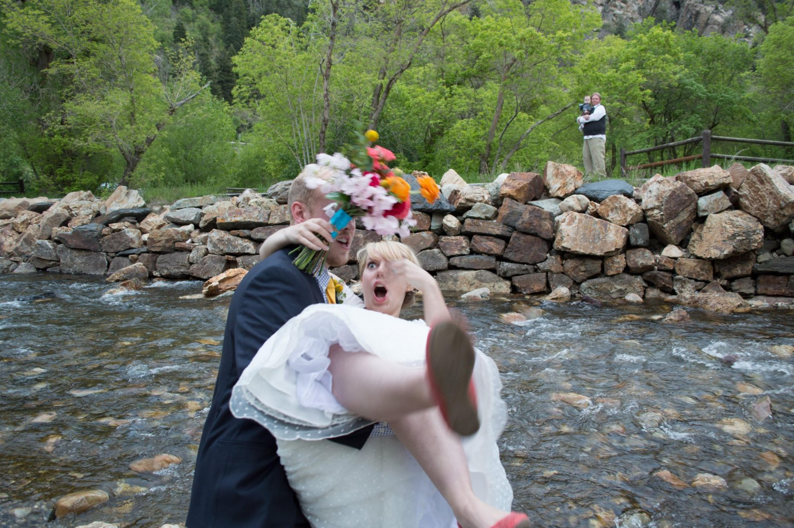 жених не удержал невесту на руках