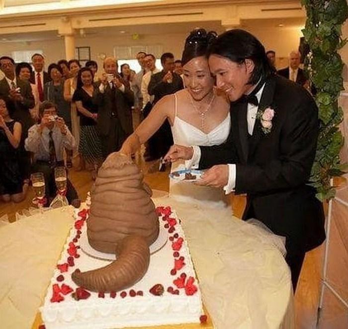 странный свадебный торт и молодожёны