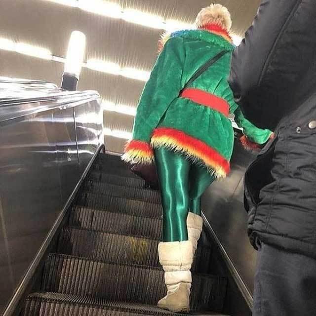 женщина в зеленом на эскалаторе