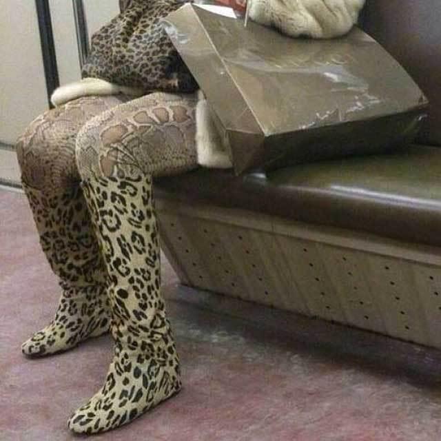 женщина в леопардовой одежде
