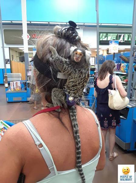 женщина с обезьянкой на плече
