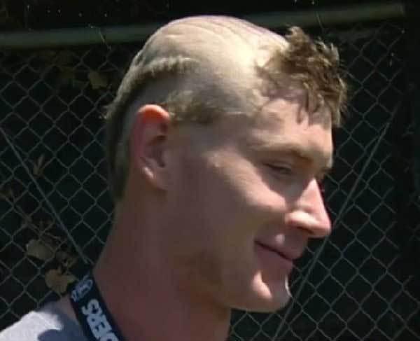 парень с выбритыми волосами