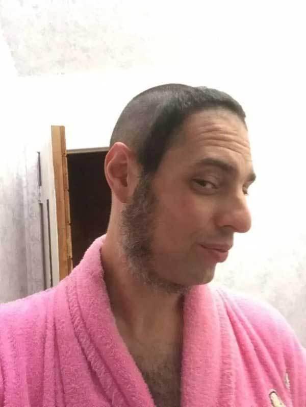 парень в розовом халате