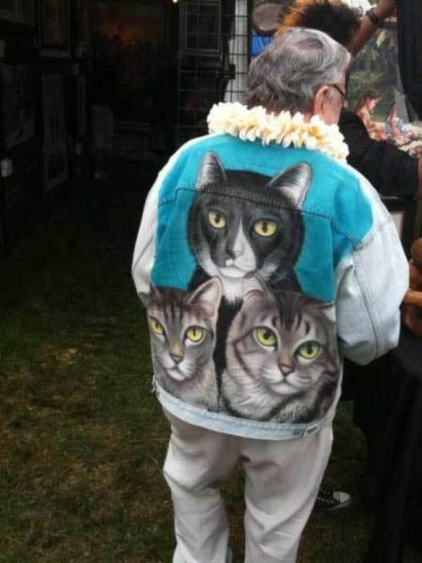 мужчина в куртке с котиками