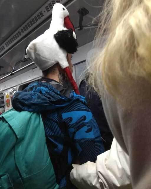 парень в шапке в виде птицы