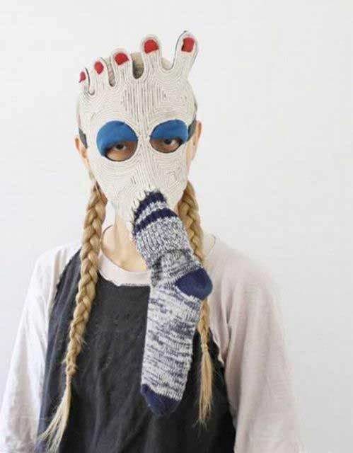 девушка в вязаной маске на лице