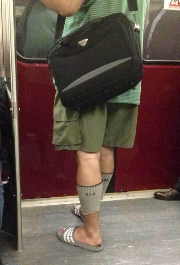 мужчина в обрезанных носках