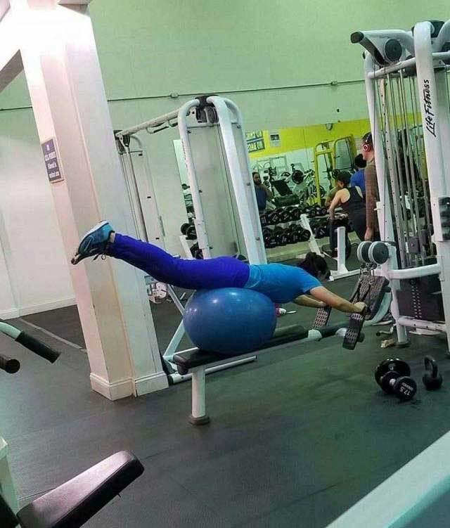 девушка на гимнастическом мяче в спортзале
