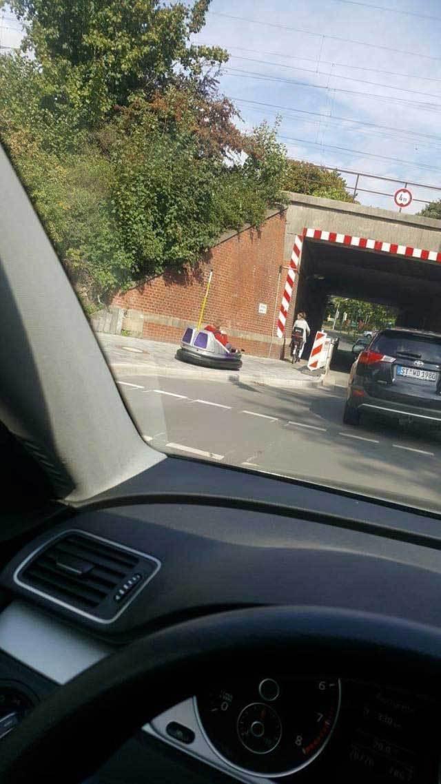 машины под мостом