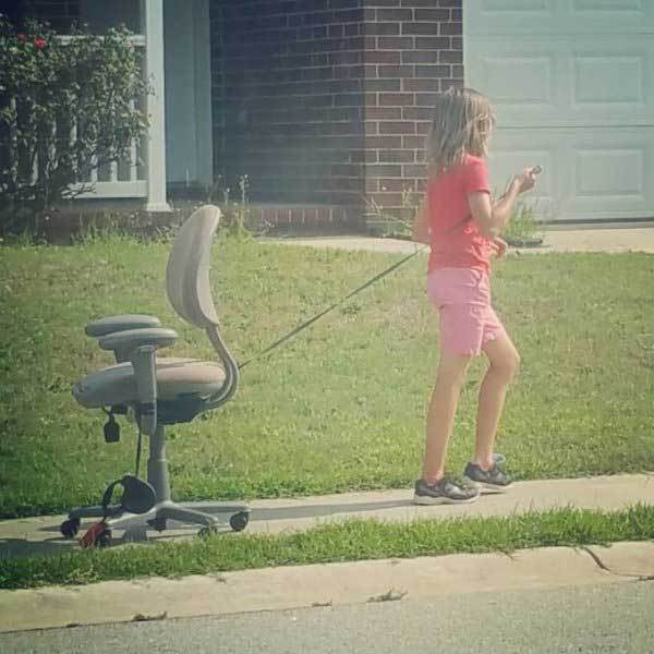 девочка с креслом на улице
