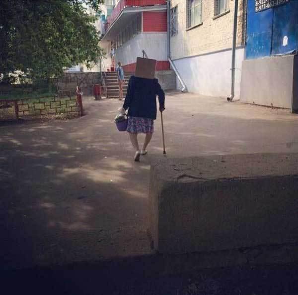 старушка с палочкой и мусорным ведром
