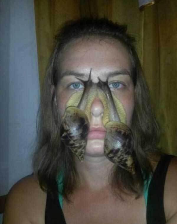 женщина с улитками на лице