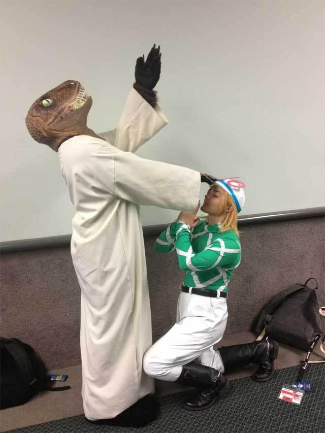человек в костюме динозавра