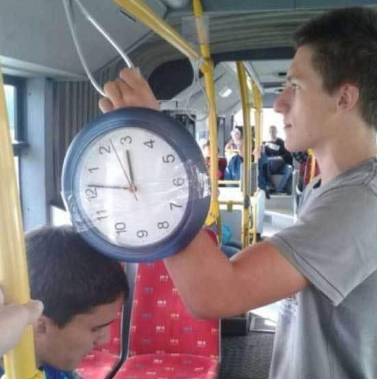 парень с огромными часами на руке