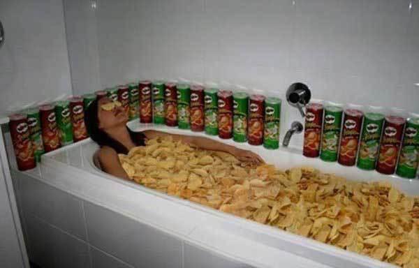 девушка лежит в ванне с чипсами