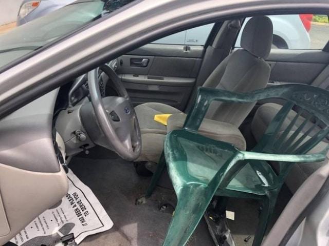 пластиковый стул в машине