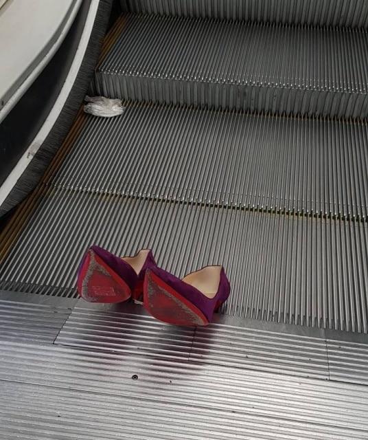 туфли застряли в эскалаторе