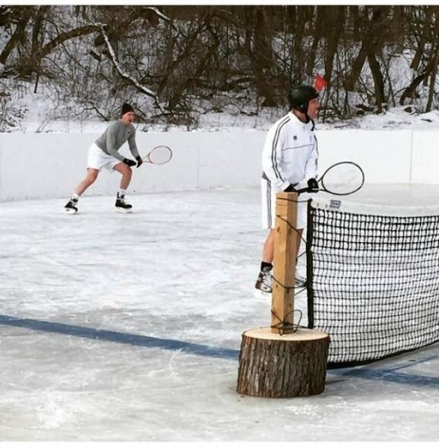 мужчины играют в теннис на коньках