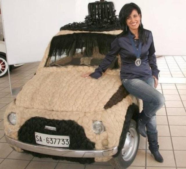 девушка рядом с автомобилем