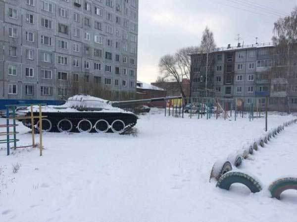 танк на детской площадке