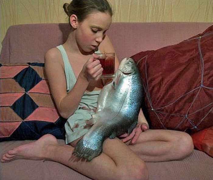 девушкой с рыбой на руках