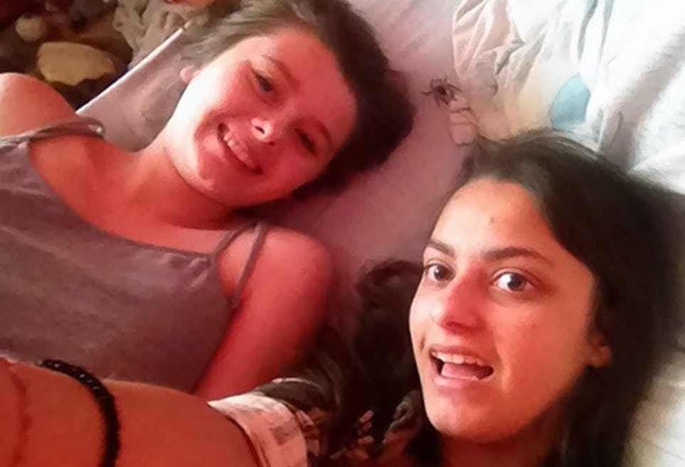 девушки на кровати