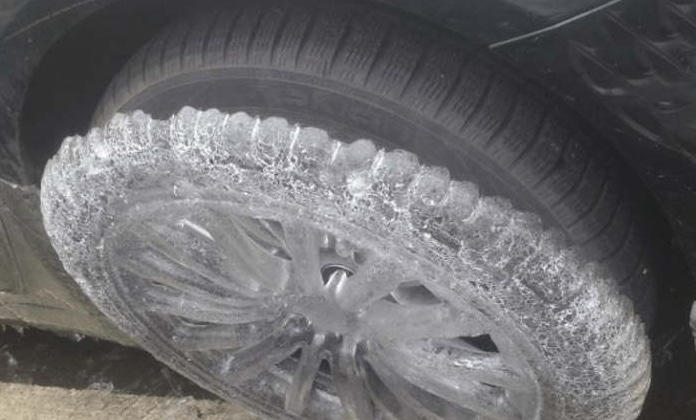 корка из льда на колесе машины