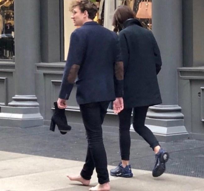 парень отдал свою обувь девушке