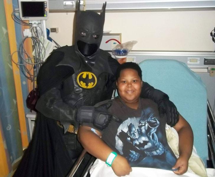 бэтмен и мальчик в больнице