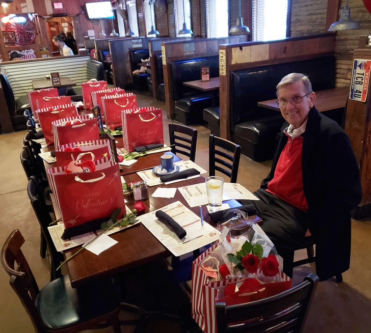 мужчина за столом в ресторане