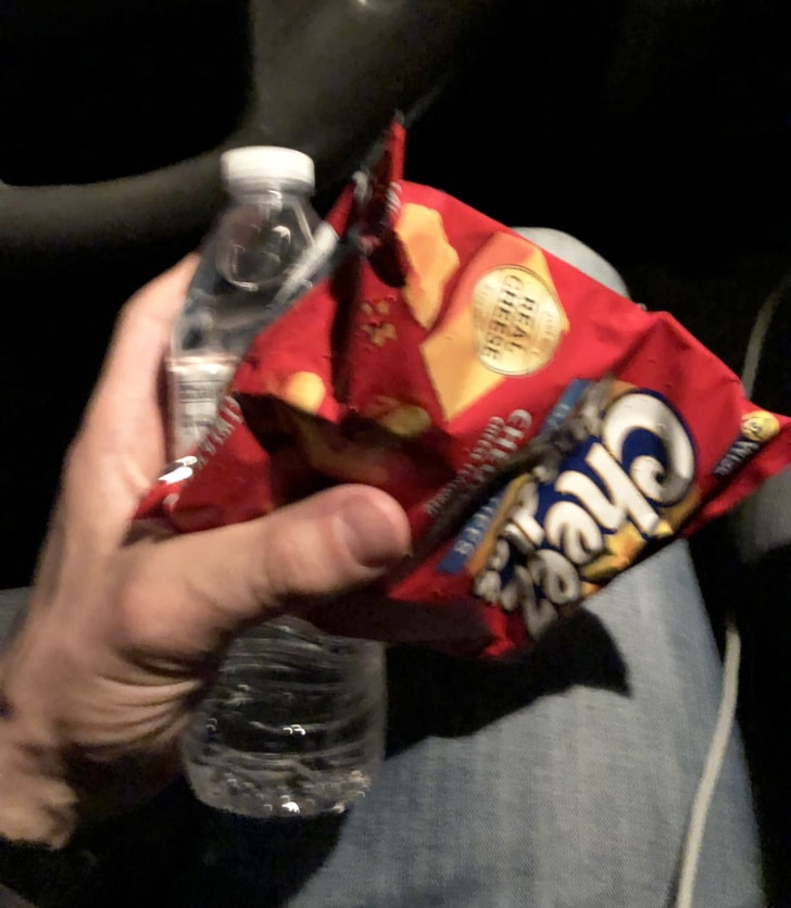 чипсы и бутылка воды