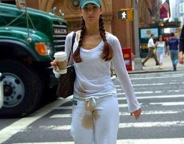 девушка с пятном кофе на одежде