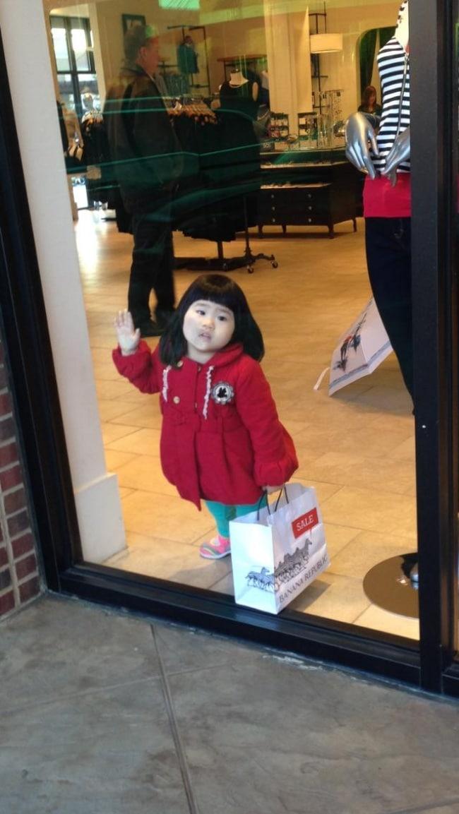 девочка у витрины