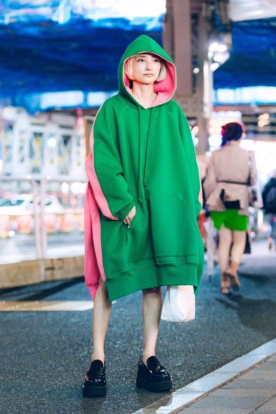 японка в зеленом балахоне