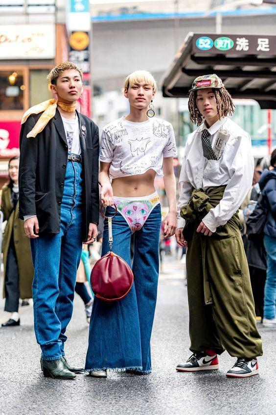 японские парни в странной одежде
