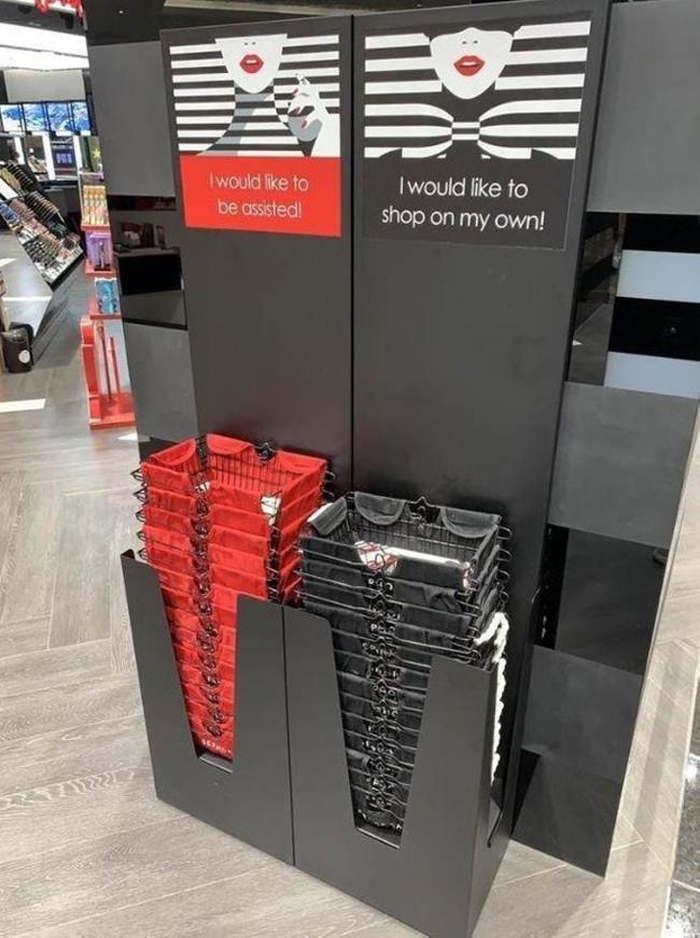 черные и красные корзинке на входе в супермаркет