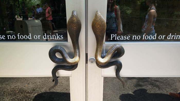 ручки на дверях в форме змей