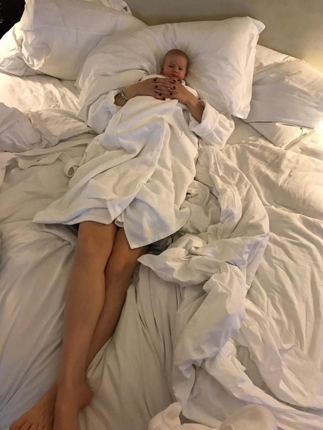 малыш в постели