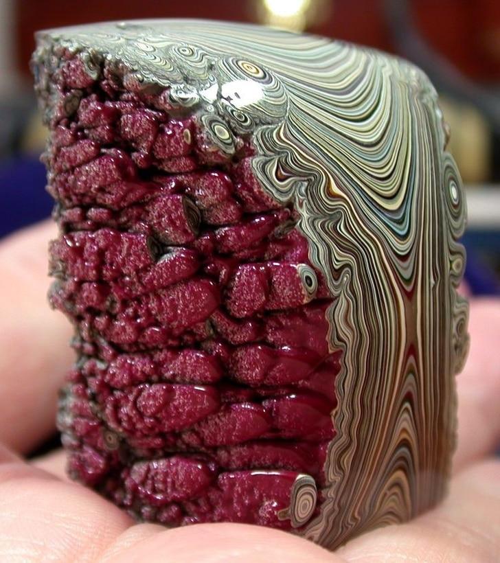красивый камень