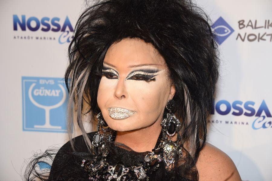 женщина с ярким макияжем на лице