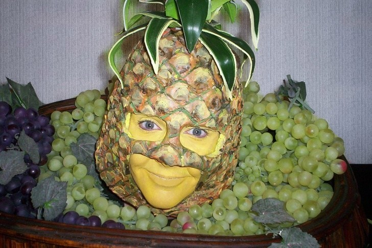 девушка с ананасом на голове