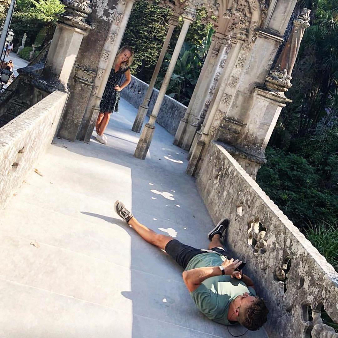 парень лежит на земле