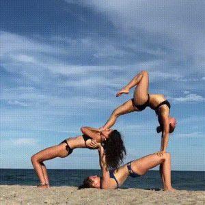 три девушки на пляже