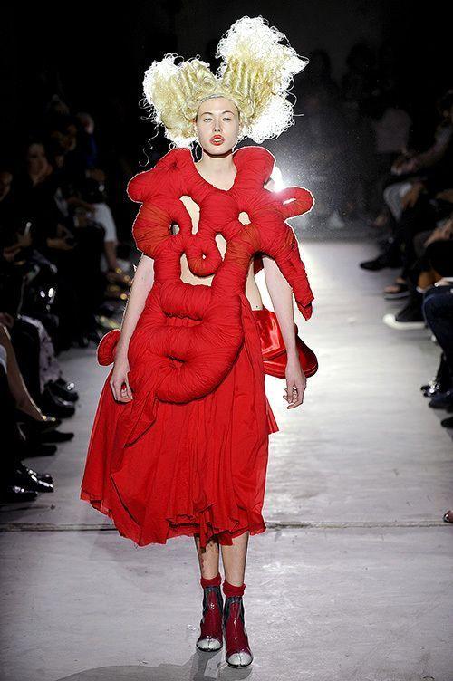 модель в дизайнерской одежде