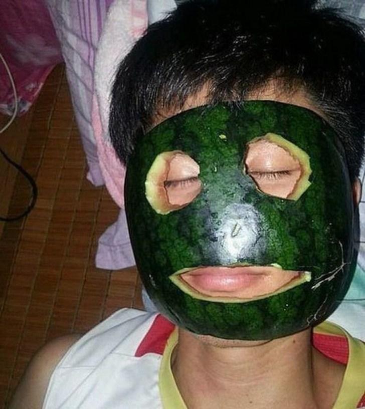 человек с кожурой арбуза на лице